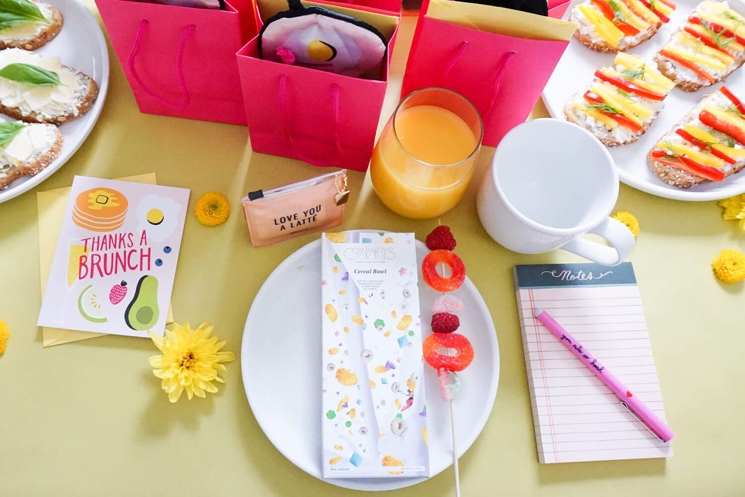The PERFECT table setting for a bright and cheery New Year's Brunch!