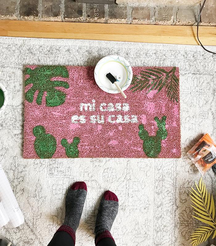 How to make your own DIY Mi Casa Es Su Casa Doormat! Free SVG files included.