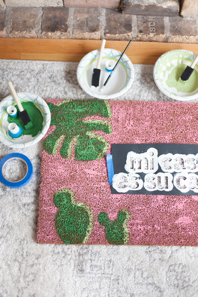 How to make your own DIY Mi Casa Es Su Casa Doormat! Free SVG files included.