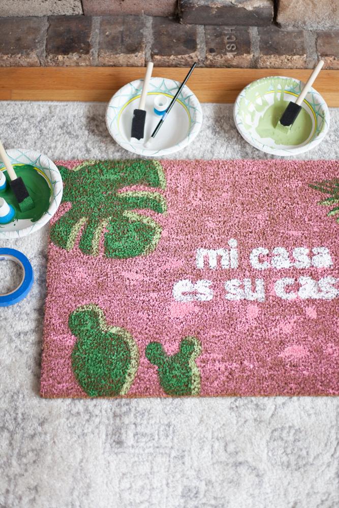 How to make your own DIY Mi Casa Es Su Casa Doormats! Free SVG files included.