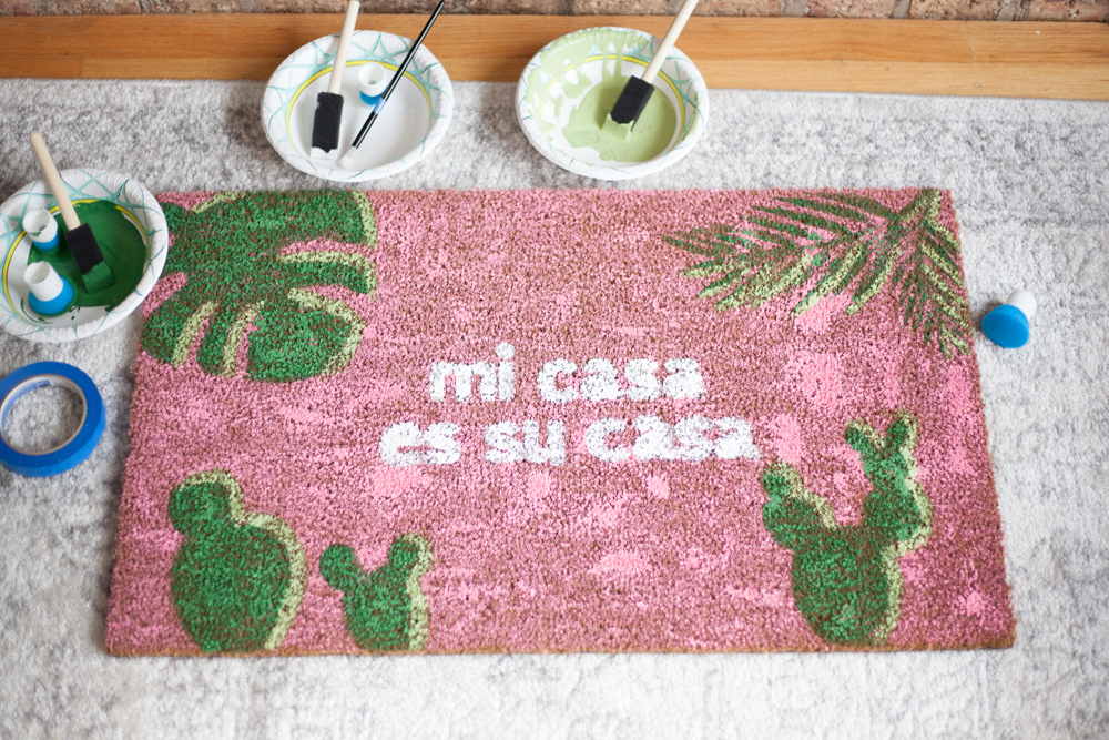 How to make your own DIY Mi Casa Es Su Casa Doormats! Free SVG files included.